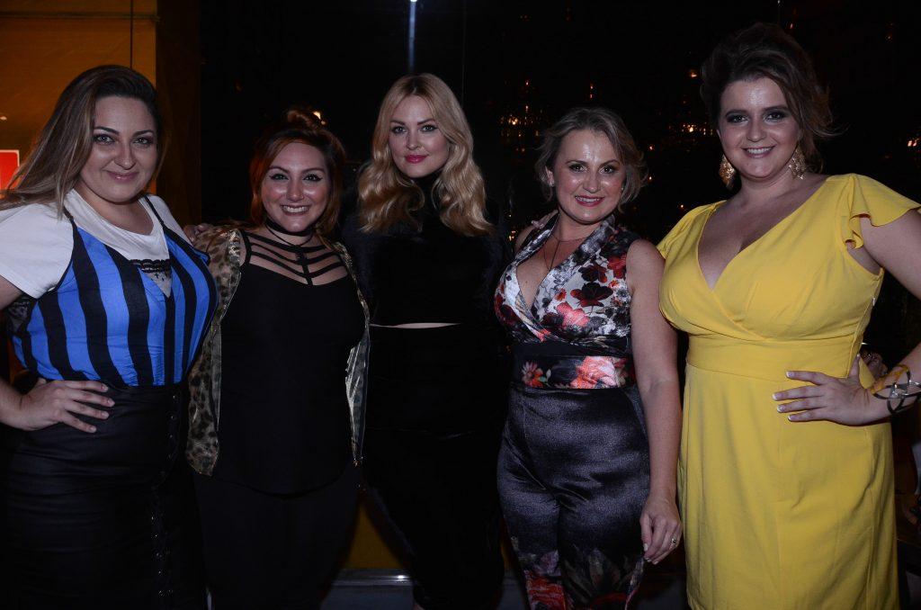 blogueiras-plus-size-com-justine-LeGault-e-cinara-elegance-plus-size-renata-poskus-vestido-amarelo-ju-romano-debora-fernandes